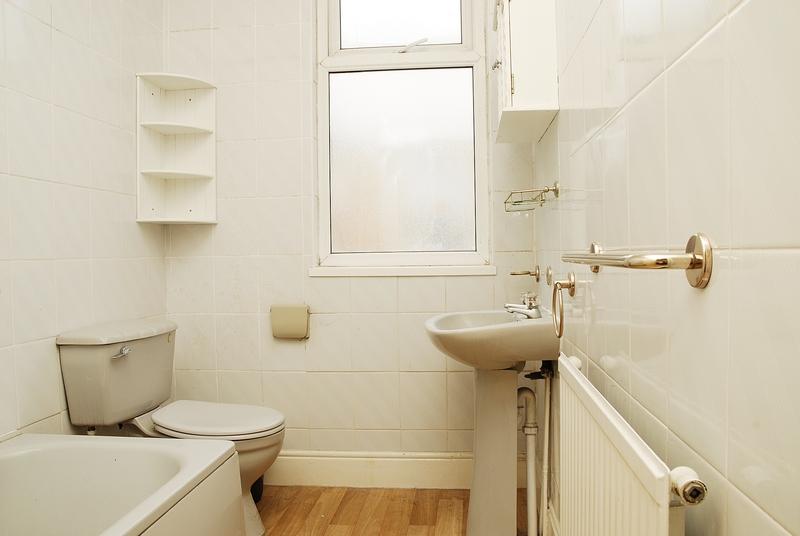 12-argyle-ave-back-bathroom