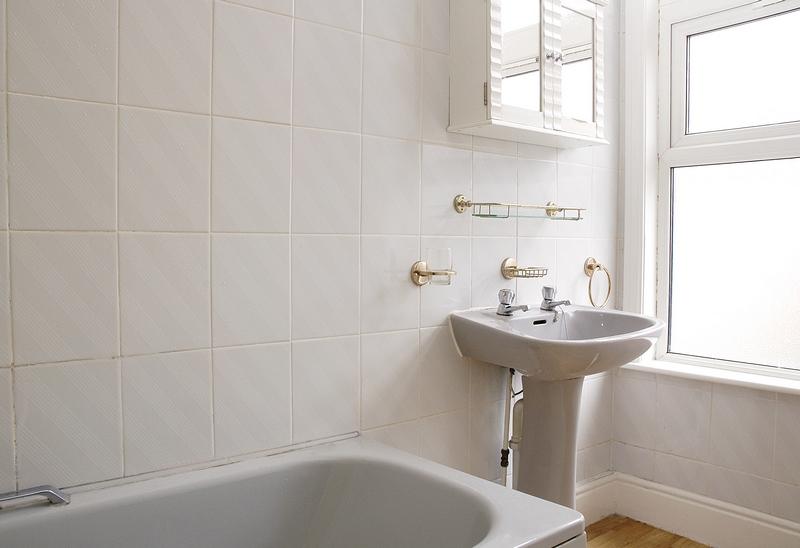 12-argyle-ave-bathroom