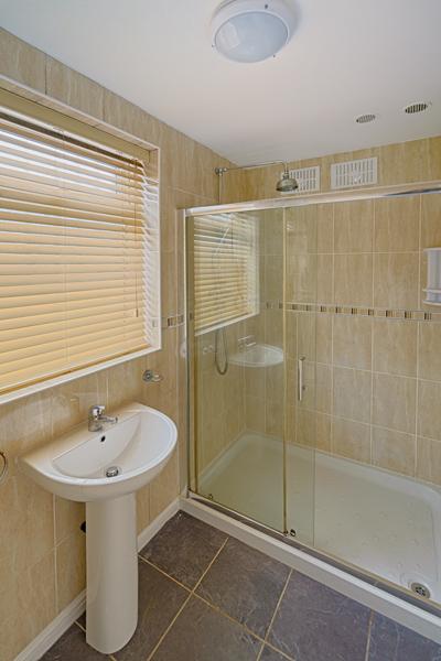 15 Welby St Bathroom (2)