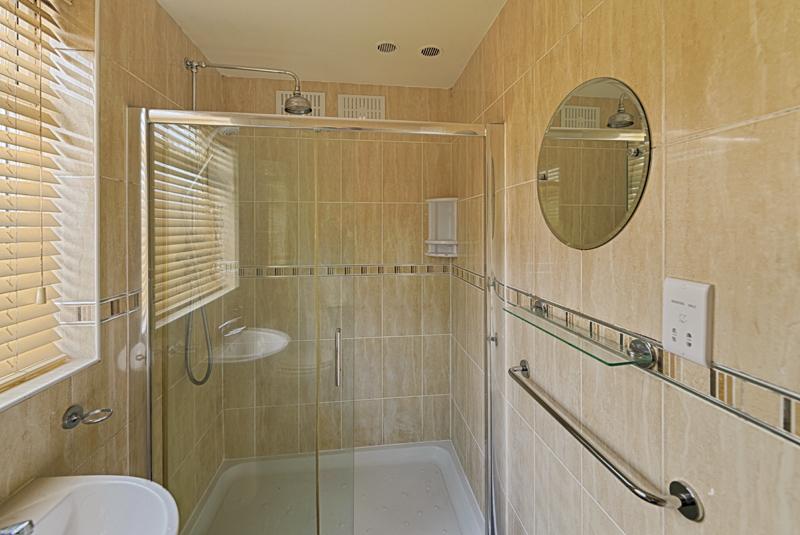 15 Welby St Bathroom